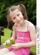 Портрет улыбающейся девочки в парке. Стоковое фото, фотограф Ольга Полякова / Фотобанк Лори