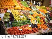 Купить «Рынок, прилавок, овощи и фрукты», фото № 1782237, снято 17 апреля 2010 г. (c) Даша Богословская / Фотобанк Лори