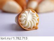Сладкий рожок с кремом. Стоковое фото, фотограф Nikiandr / Фотобанк Лори