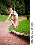 Купить «Девушка в прыжке», фото № 1795885, снято 23 июня 2010 г. (c) Сергей Лаврентьев / Фотобанк Лори