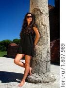 Красивая девушка стоит возле каменной колонны. Стоковое фото, фотограф Андрей Цалко / Фотобанк Лори