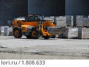 Купить «Колесный погрузчик-экскаватор на фоне керамзитоблоков на строительной площадке», фото № 1808633, снято 2 июля 2010 г. (c) Анна Мартынова / Фотобанк Лори