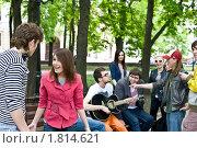 Купить «Группа студентов  с гитарой», фото № 1814621, снято 5 мая 2009 г. (c) Gennadiy Poznyakov / Фотобанк Лори