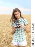 Девушка со старой двухобъективной зеркальной камерой в пшеничном поле. Стоковое фото, фотограф Дарья Петренко / Фотобанк Лори