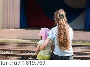 Купить «Женщина с ребенком сидят на скамейке», фото № 1819769, снято 5 июля 2010 г. (c) Михаил Павлов / Фотобанк Лори