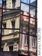 Купить «Отражение старинных зданий в стеклянных стенах современного офисного здания», фото № 1821785, снято 4 июля 2010 г. (c) Илюхина Наталья / Фотобанк Лори