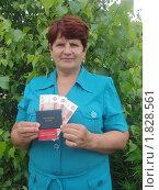 Купить «Женщина держит в руках пятитысячные купюры, пенсионное удостоверение и удостоверение ветерана труда», эксклюзивное фото № 1828561, снято 11 июля 2010 г. (c) Ольга Линевская / Фотобанк Лори