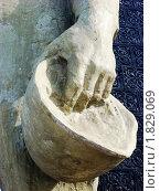 Купить «Фрагмент памятника, солдатская каска в руке солдата», фото № 1829069, снято 12 марта 2010 г. (c) елена прекрасна / Фотобанк Лори