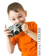 Маленький мальчик с фотоаппаратом. Стоковое фото, фотограф Игорь Губарев / Фотобанк Лори