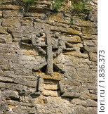 Купить «Декоративный крест на стене Изборской крепости», фото № 1836373, снято 10 июля 2010 г. (c) Валентина Троль / Фотобанк Лори