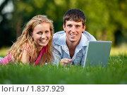 Купить «Влюбленная молодая пара в парке с ноутбуком», фото № 1837929, снято 11 июля 2010 г. (c) Антон Балаж / Фотобанк Лори
