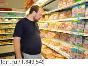 """Купить «Мужчина выбирает куриное мясо. Магазин """"Ашан"""", Москва», фото № 1849549, снято 10 июля 2010 г. (c) Татьяна Юни / Фотобанк Лори"""