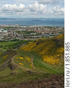 Вид с холма в Холируд-парке на Эдинбург и море (2010 год). Стоковое фото, фотограф Борис Иванов / Фотобанк Лори