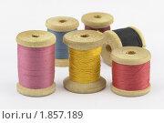 Разноцветные деревянные катушки ниток. Стоковое фото, фотограф Сергей Флоренцев / Фотобанк Лори
