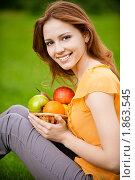 Купить «Красивая девушка с фруктами», фото № 1863545, снято 4 июня 2010 г. (c) BestPhotoStudio / Фотобанк Лори