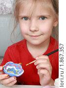 Купить «Девочка раскрашивает глиняную поделку», фото № 1867357, снято 24 июля 2010 г. (c) Круглов Олег / Фотобанк Лори