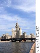 Купить «Москва. Высотный дом на Котельнической набережной», фото № 1872297, снято 26 июня 2010 г. (c) АЛЕКСАНДР МИХЕИЧЕВ / Фотобанк Лори