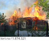 Купить «Горящий деревенский дом», фото № 1874321, снято 30 мая 2006 г. (c) Татьяна Нафикова / Фотобанк Лори