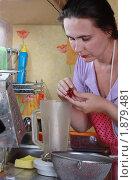 Купить «Женщина чистит красную смородину в ковш миксера», эксклюзивное фото № 1879481, снято 30 июля 2010 г. (c) Олеся Сарычева / Фотобанк Лори