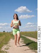 Девушка бежит по дороге в поле. Стоковое фото, фотограф Яков Филимонов / Фотобанк Лори