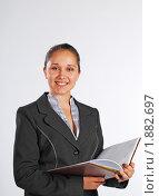 Купить «Девушка с еженедельником, смотрит в камеру», фото № 1882697, снято 3 августа 2010 г. (c) Татьяна Юни / Фотобанк Лори