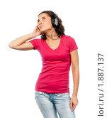 Купить «Красивая девушка в наушниках слушает музыку», фото № 1887137, снято 21 июля 2010 г. (c) Давид Мзареулян / Фотобанк Лори