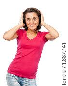 Купить «Красивая девушка в наушниках слушает музыку», фото № 1887141, снято 21 июля 2010 г. (c) Давид Мзареулян / Фотобанк Лори