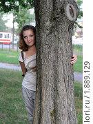 Купить «Симпатичная девушка на прогулке в парке», фото № 1889129, снято 27 июля 2010 г. (c) griFFon / Фотобанк Лори
