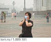 Туристка в марлевой маске около храма Христа Спасителя. Смог, дым (2010 год). Редакционное фото, фотограф Алёшина Оксана / Фотобанк Лори