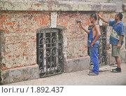 Купить «Зачистка малярами стены от старой штукатурки», эксклюзивное фото № 1892437, снято 7 августа 2010 г. (c) Алёшина Оксана / Фотобанк Лори