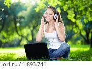 Купить «Девушка на природе слушает музыку», фото № 1893741, снято 25 июня 2010 г. (c) Raev Denis / Фотобанк Лори