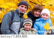 Купить «Семья в осеннем парке», фото № 1893805, снято 31 октября 2009 г. (c) Юрий Брыкайло / Фотобанк Лори