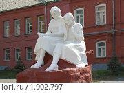 Купить «Две девушки - гимназистки. Памятник в городе Курган.», фото № 1902797, снято 23 июля 2010 г. (c) Анатолий Матвейчук / Фотобанк Лори