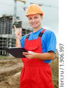 Купить «Строитель наблюдает за работой», фото № 1906997, снято 29 июля 2010 г. (c) Дмитрий Калиновский / Фотобанк Лори
