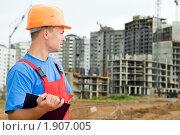 Купить «Строитель с планшетом», фото № 1907005, снято 29 июля 2010 г. (c) Дмитрий Калиновский / Фотобанк Лори