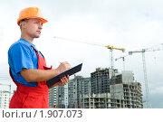 Купить «Строитель наблюдает за работой», фото № 1907073, снято 29 июля 2010 г. (c) Дмитрий Калиновский / Фотобанк Лори