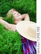 Купить «Девушка лежит в траве на лугу», фото № 1918193, снято 19 августа 2018 г. (c) Юлия Колтырина / Фотобанк Лори
