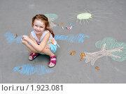 Девочка улыбается на фоне рисунков мелом, фото № 1923081, снято 15 августа 2010 г. (c) Никонор Дифотин / Фотобанк Лори