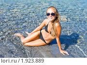 Купить «Девушка и море», фото № 1923889, снято 8 августа 2010 г. (c) Андрей Ярославцев / Фотобанк Лори