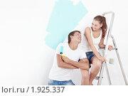 Купить «Молодая пара красит стену», фото № 1925337, снято 3 августа 2010 г. (c) Raev Denis / Фотобанк Лори