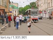 Купить «Люди на трамвайной остановке на Бауманской улице», эксклюзивное фото № 1931901, снято 8 июня 2010 г. (c) Алёшина Оксана / Фотобанк Лори