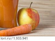 Купить «Стакан морковно-яблочного сока», фото № 1933941, снято 2 мая 2010 г. (c) Игорь Соколов / Фотобанк Лори