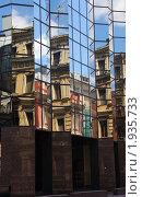Купить «Отражение старинных зданий в стеклянных стенах современного офисного здания», фото № 1935733, снято 4 июля 2010 г. (c) Илюхина Наталья / Фотобанк Лори