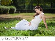 Купить «Беременная девушка сидит на траве в парке», фото № 1937577, снято 26 августа 2010 г. (c) Андрей Батурин / Фотобанк Лори