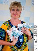 Купить «Женщина с веерами денег», эксклюзивное фото № 1938193, снято 23 августа 2010 г. (c) Куликова Вероника / Фотобанк Лори