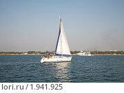 Яхта с белым парусом. Стоковое фото, фотограф Наталья Волкова / Фотобанк Лори