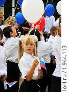 Купить «Торжественная линейка в младших классах школы. Девочка с воздушным шаром», эксклюзивное фото № 1944113, снято 1 сентября 2010 г. (c) Анна Мартынова / Фотобанк Лори