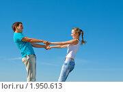 Влюбленная пара держится за руки на фоне неба. Стоковое фото, фотограф Максим Бондарчук / Фотобанк Лори