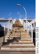 Лестница на железнодорожный переходной мост (2010 год). Редакционное фото, фотограф Вячеслав Палес / Фотобанк Лори
