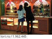 Купить «Покупательницы бижутерии», эксклюзивное фото № 1962445, снято 29 мая 2010 г. (c) Ольга Липунова / Фотобанк Лори